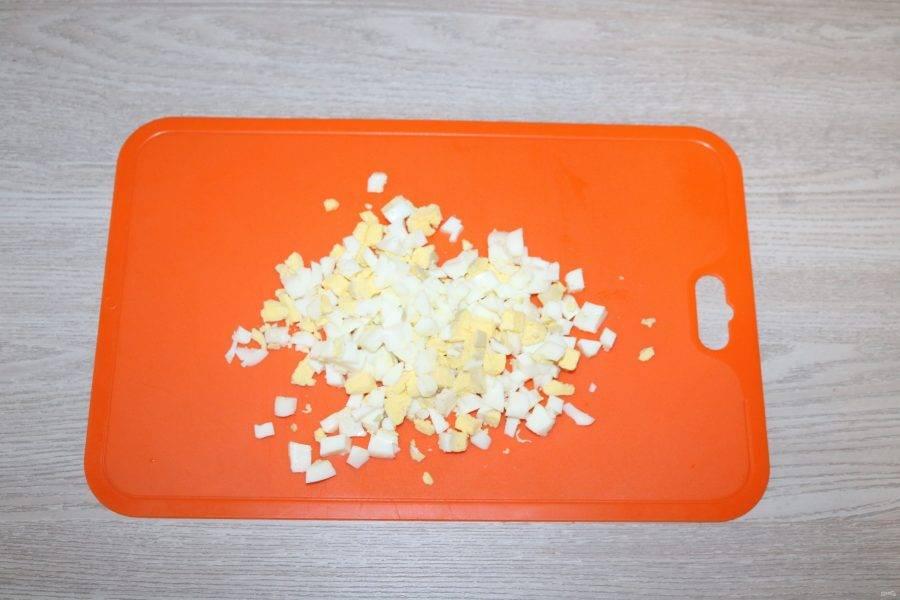 Вареные яйца нарежьте кубиком.