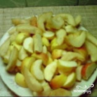 2.Для начинки  яблоки моем. Чистить их не надо. Разрезать на 4-6 частей каждое яблоко и сбрызнуть лимонным соком, чтобы они не потемнели.
