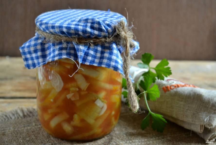 Лук в томатной заливке на зиму готов. Храните в погребе или кладовой. Наслаждайтесь зимой отменным вкусом консервированного лука.