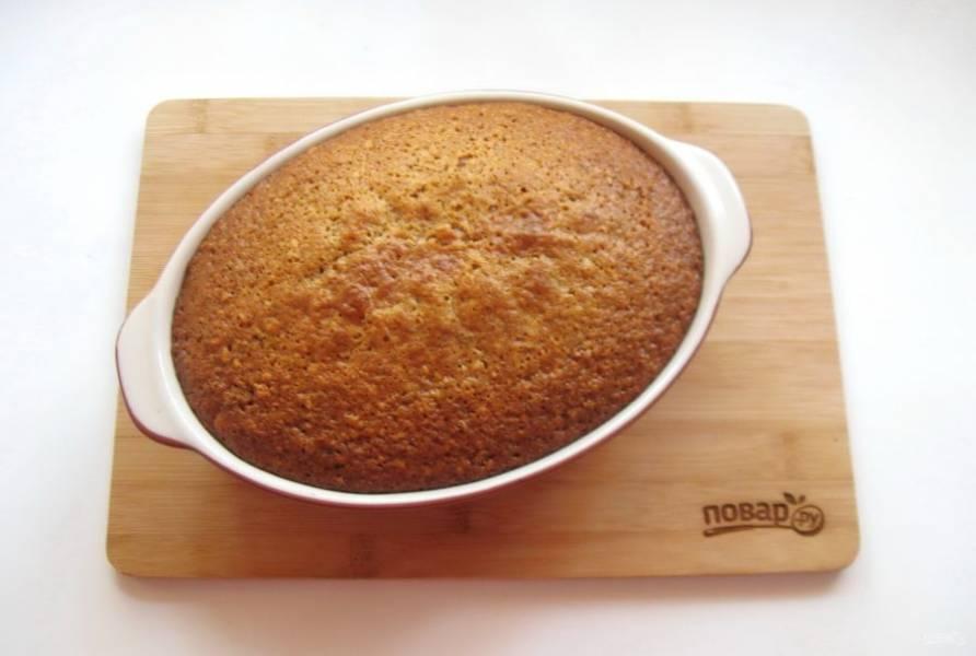 Выпекайте пирог в духовке, заранее разогретой до 175-180 градусов, 45-50 минут. Готовность проверьте сухой деревянной палочкой.