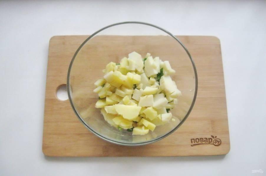 Картофель сварите, охладите и нарежьте кубиками. Добавьте в винегрет.