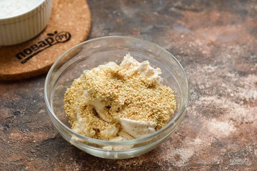 Добавьте кунжут. По желанию добавьте орехи, сухофрукты.