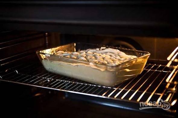 8. Отправьте форму в духовку, готовьте запеканку около получаса до образования аппетитной румяной корочки. Приятного чаепития!