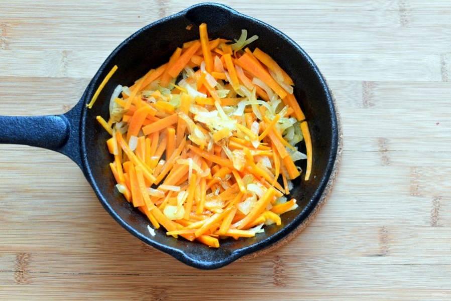 Параллельно на топленом масле слегка позолотите оставшийся лук и морковь, нарезанные тонко.