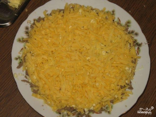 Затем выкладываем слой сыра и смазываем майонезом.