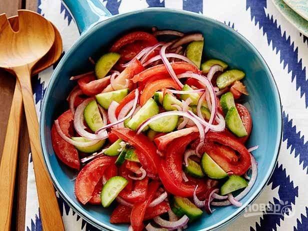 Салат из помидор и огурцов