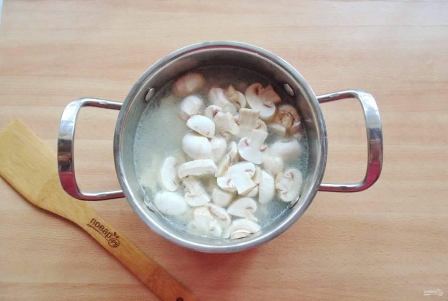Добавьте нарезанные шампиньоны. Посолите и поперчите суп по вкусу.