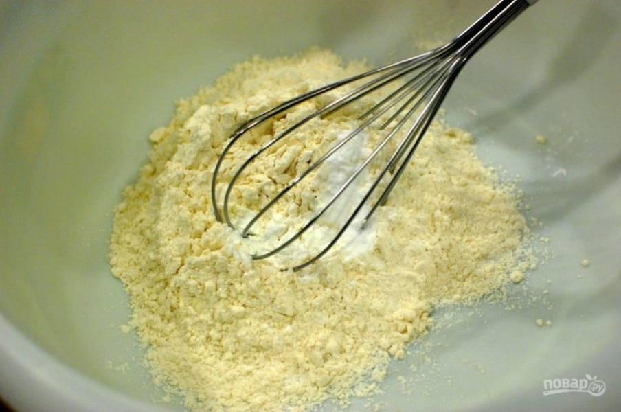 2.Смешайте муку с разрыхлителем и содой, солью.