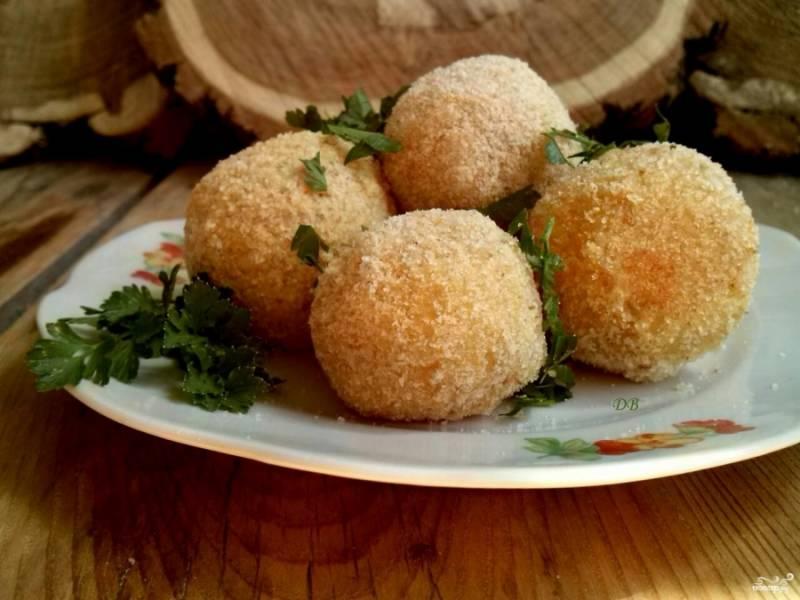 Прогрейте шарики в духовке около 15 минут. Подавайте их с рубленой зеленью, при желании полейте растопленным сливочным маслом. Приятного аппетита!