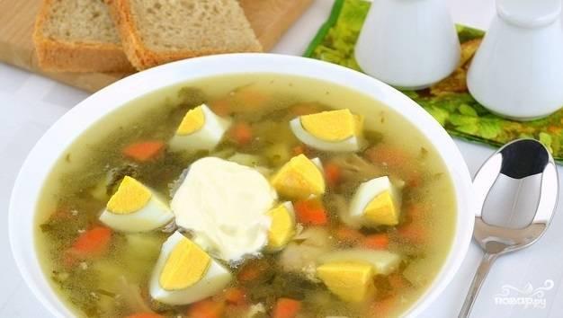 10. В готовый борщ добавьте ложку сливочного масла, можно снимать суп с огня. Вареное яйцо разрежьте на удобные кусочки, положите в тарелку и залейте борщом. Добавьте сметану. Получается очень вкусно. Порадуйте близких этим борщиком уже сегодня!