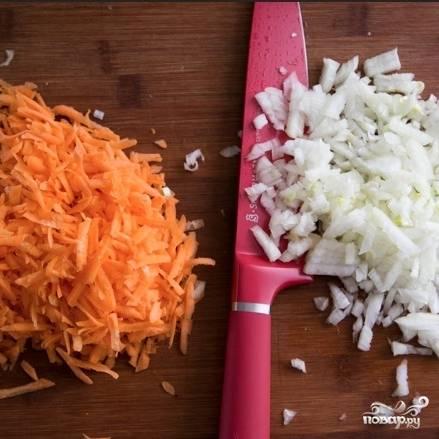 Морковь натираем на мелкой терке, лук мелко нарезаем.