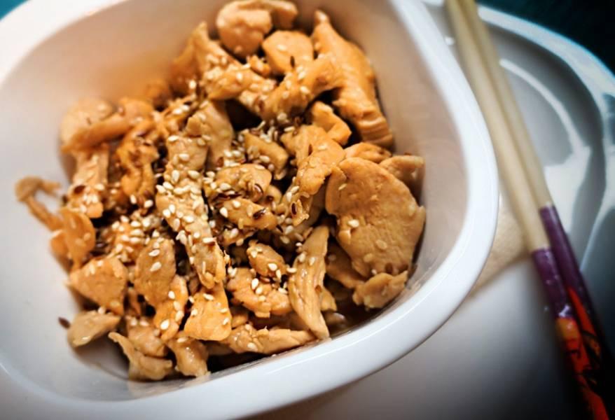 6. Теперь можно курицу измельчить еще мельче, подавая, посыпав кунжутом. А луково-морковную зажарку подавать в качестве гарнира.А можете смешать все сразу.