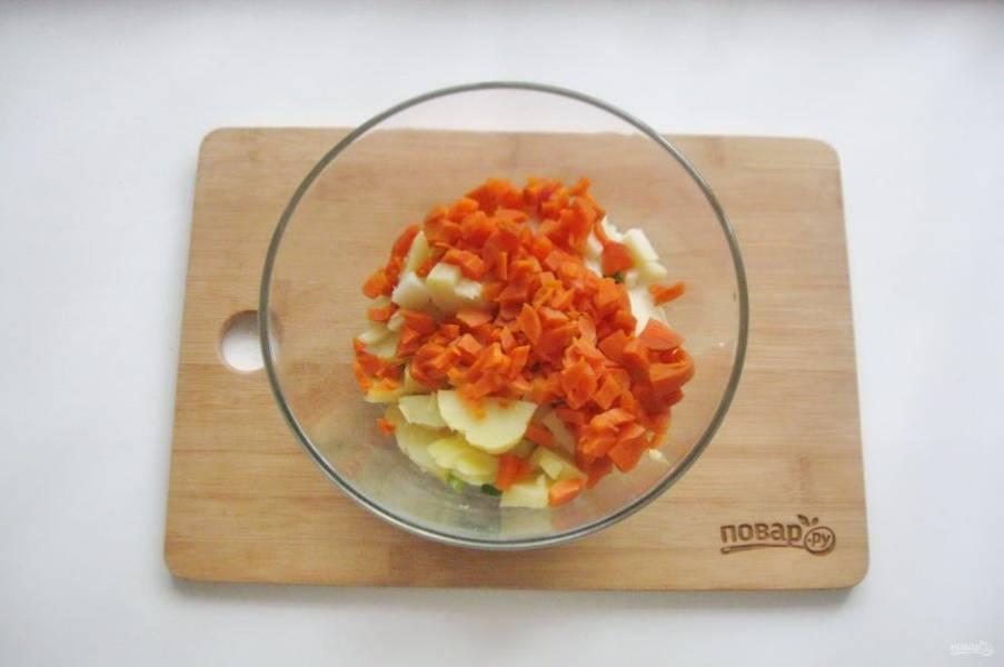 Морковь отварите до готовности, охладите, очистите и также нарежьте мелко.