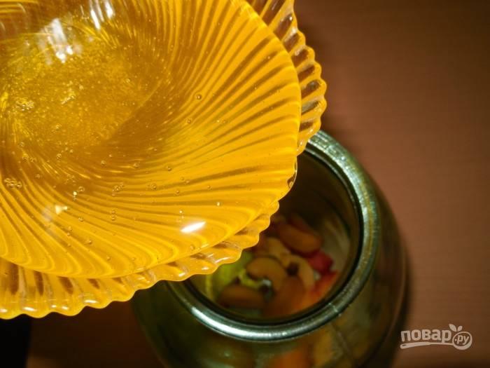 Выложите все сливы в чистую сухую трехлитровую банку. Затем добавьте к ним палочку корицы, которая придаст аромата. Залейте все медом. Если он был засахаренным, то просто растопите мед на водяной бане.