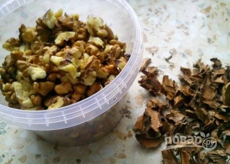 Варенье варим в 4-5 этапов: доводим до кипения, кипятим 5 минут и отставляем. Очищенные орехи добавим на последнем этапе варки.