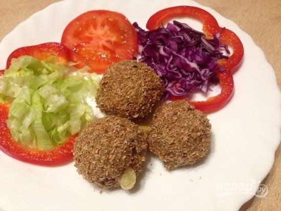 Для легкого ужина туннаболы подаем со свежими овощами.