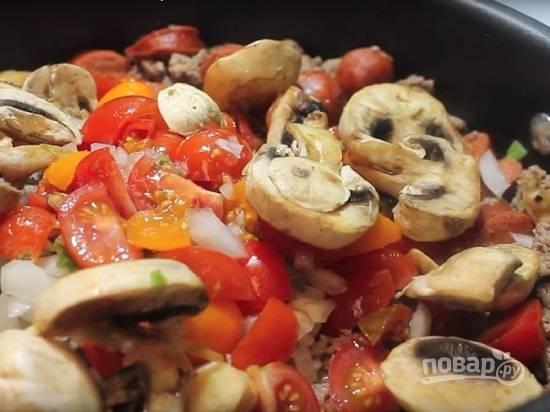 Теперь добавляем все овощи и можно немножко подсолить. Жарим-тушим до мягкости лука и перца.
