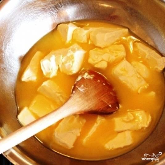 Затем на водяной бане необходимо растопить сливочное масло.