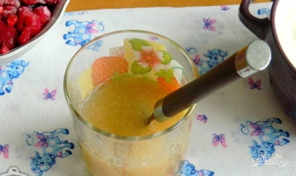 Возьмите чистый и сухой стакан, всыпьте в него желатин. Залейте его холодной водой и размешайте. Оставьте желатин набухать на полчаса.