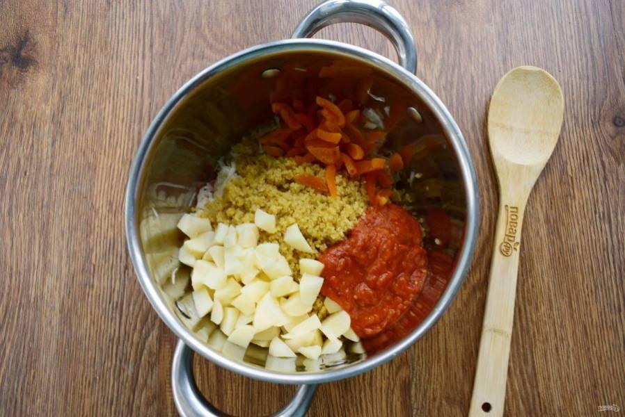 Добавьте  капусту, булгур, картофель, нарезанный мелкими кубиками, измельченную курагу и томатный соус.