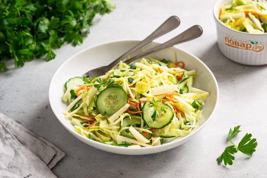 Салат с огурцом и капустой кольраби готов, приятного аппетита!