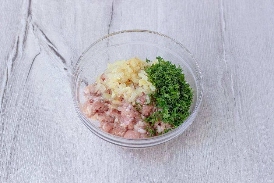 Укроп мелко порубите и перемешайте в миске фарш, обжаренный лук и укроп.