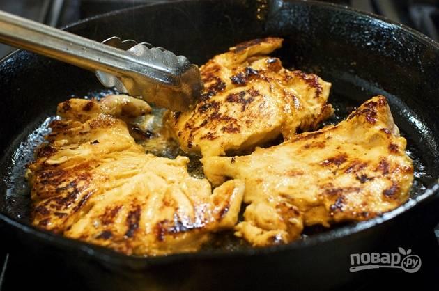 4. Пока маринуется филе, вытопите жир с бекона на сковороде, но не пересушите его. Учтите, что бекону еще отправляться в духовку! После добавьте небольшое количество растительного масла и обжарьте маринованную курицу с обеих сторон (по 1-2 минуты на каждую).