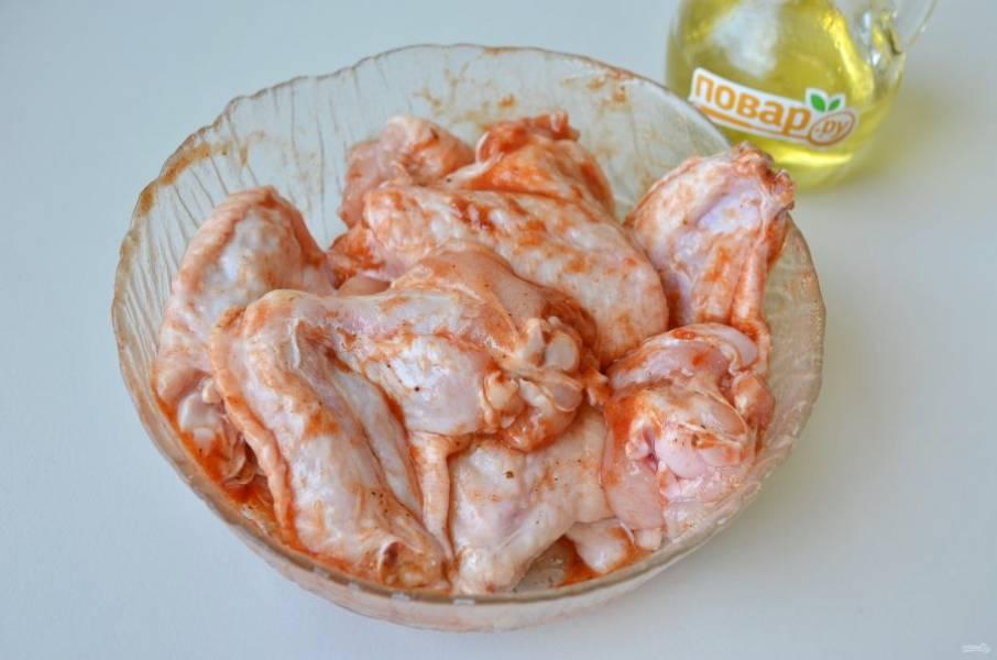 3. Хорошо перемешайте, затяните миску пищевой пленкой и уберите в холодильник на 2 часа.