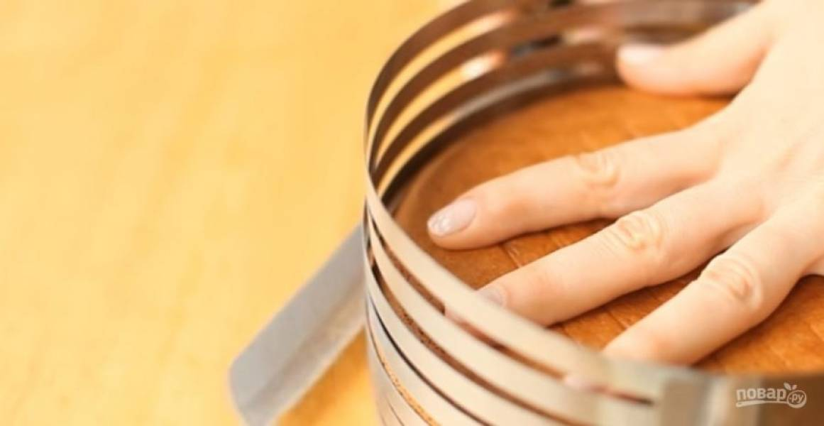 3.  Выпекайте два коржа в разогретой до 180 градусов духовке 25 минут. Дайте коржам полностью остыть, после чего разрежьте каждый на 5 частей.