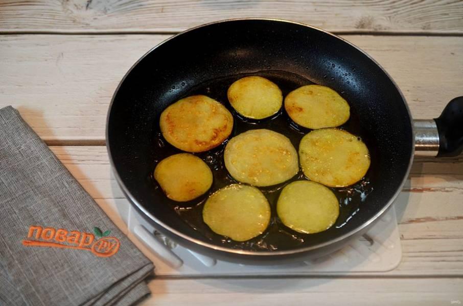 5. С баклажанов слейте воду и обжарьте с добавлением масла.