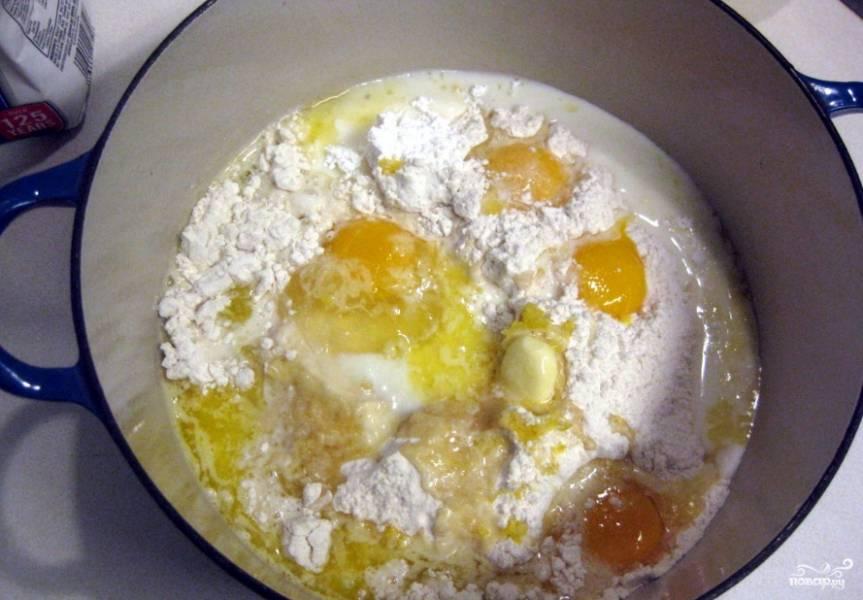 1. Смешаем до однородности творог, растопленное масло, сахар и молоко. Дальше добавим яйца, опять перемешаем. А потом добавим муку и снова перемешаем.