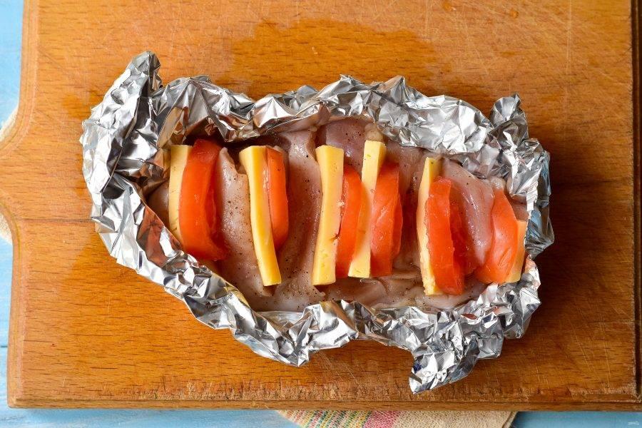 Переложите грудку аккуратно на фольгу и отправьте ее в разогретую до 180 градусов духовку.