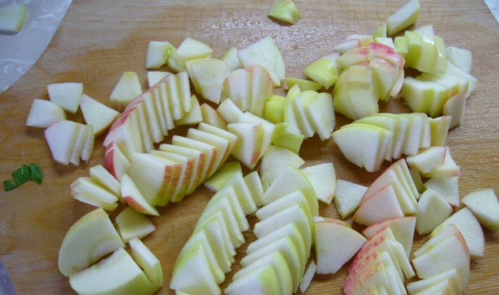 2. Обычно я нарезаю все среднего размера кусочками. Форма в данном случае не очень важна. Вот, к примеру, как я нарезаю яблочки.