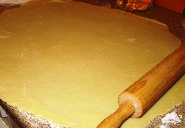 9. Тесто достаньте из холодильника и разделите на 2-3 части. Разогрейте духовку до 180 градусов. Раскатайте достаточно тонко.