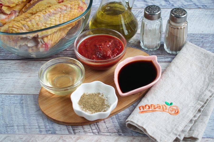 Для маринада нам понадобятся мед, соевый соус, томатный соус.