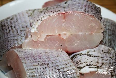 Чистим щуку, отрезаем у нее голову и плавники. Тщательно моем и нарезаем тушку щуки на небольшие кусочки (3-4 см). Посыпаем смесью соли, перца и кориандра каждый кусочек. Вместо специй можно использовать уже готовую приправу для рыбы, только посмотрите состав, нет ли там соли.