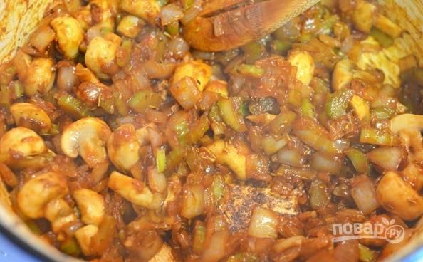 Затем добавьте специи и томатную пасту. Хорошо все перемешайте и добавьте обжаренное мясо.
