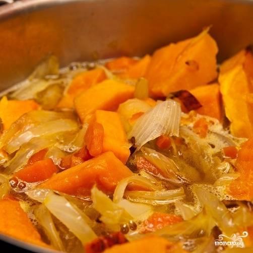 Сразу вслед за этим добавляем в суп обжаренные овощи и специи.