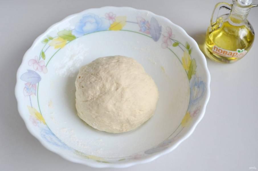 4. Замесите мягкое тесто. Оно слегка липнет к рукам, но уже собирается хорошо в ком. Накройте его чистой и сухой салфеткой, уберите в теплое место на 30 минут.