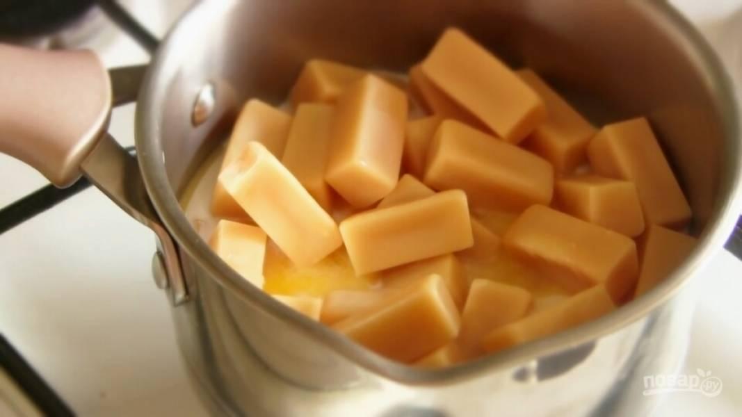 В кастрюлю налейте молоко, добавьте сгущенку, ванильный сахар, сливочное масло и конфеты.  Поставьте кастрюлю на огонь.