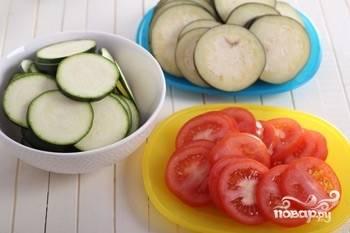 Баклажаны, оставшиеся помидоры и кабачок помойте и нарежьте кружками.
