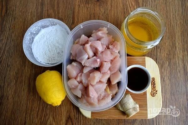 Подготовьте необходимые продукты. Мясо нарежьте на небольшие кусочки. Для маринада смешайте соевый соус, саке и мирин.