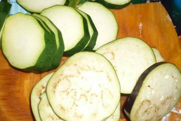 Кабачки и баклажаны промойте (если нужно очистите от кожуры) и нарежьте кружочками толщиной 1 см.