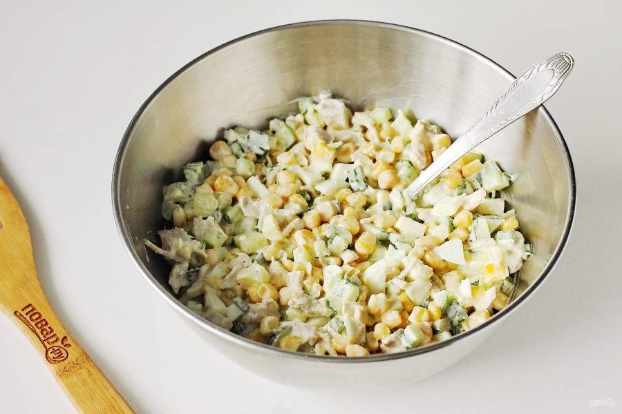 Все хорошо перемешайте. Салат из куриного филе с кукурузой готов. Подавайте его сразу же к столу.