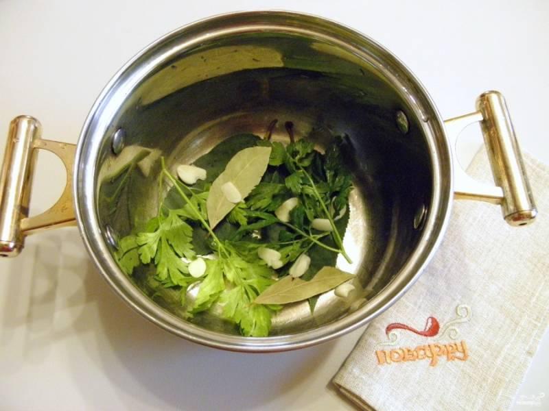 Возьмите удобную тару для маринования, это может быть кастрюля эмалированная, стекло или нержавейка. Положите на дно часть специй. Чеснок предварительно очистите и порежьте дольками.