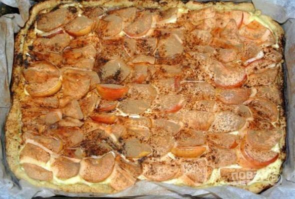 8. В разогретой до 190 градусов духовке выпекайте пирог около получаса.