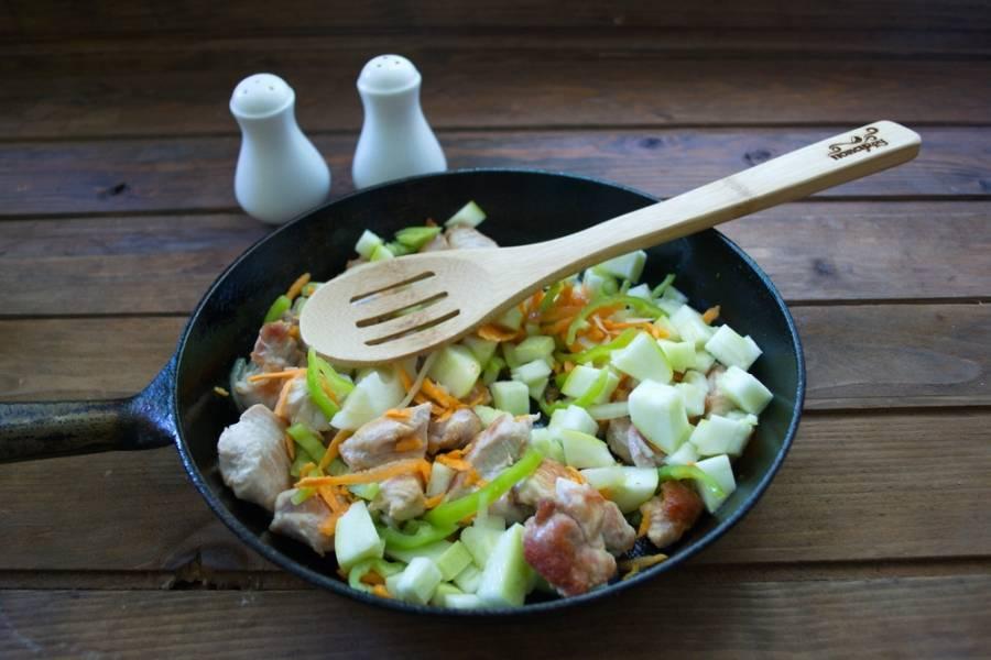 Добавляем нарезанные овощи. Тушим все под крышкой до готовности овощей. Индейка проготовится очень быстро.