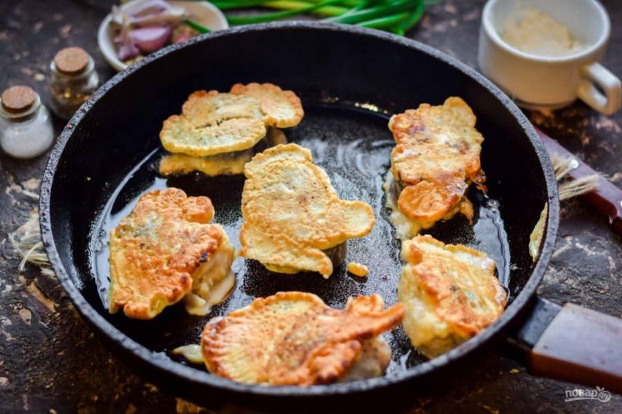 Жарьте рыбу на масле, с каждой стороны по 3-4 минуты на небольшом огне.