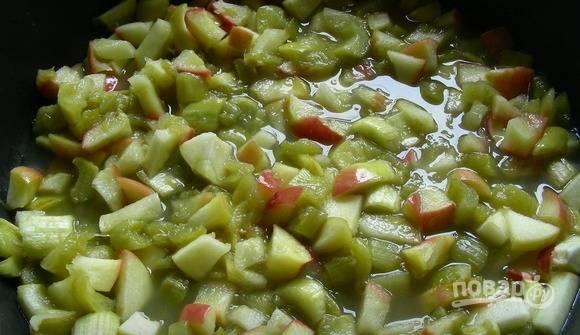 Растопите масло в сотейнике. Томите в нём яблоки с ревенем в течение 5 минут, добавив сахар, корицу, имбирь и ванилин. Готовую начинку откиньте в дуршлаг, а также немного остудите.