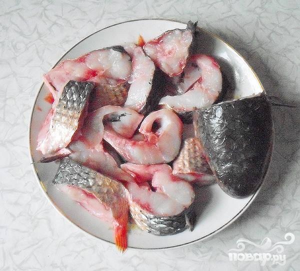 1.Очищаем рыбу, выпотрошим внутренности, жабры удаляем. Кефаль нарезаем ломтиками (ширина приблизительно три сантиметра). Рыбу тщательно промываем. Воде даем стечь.
